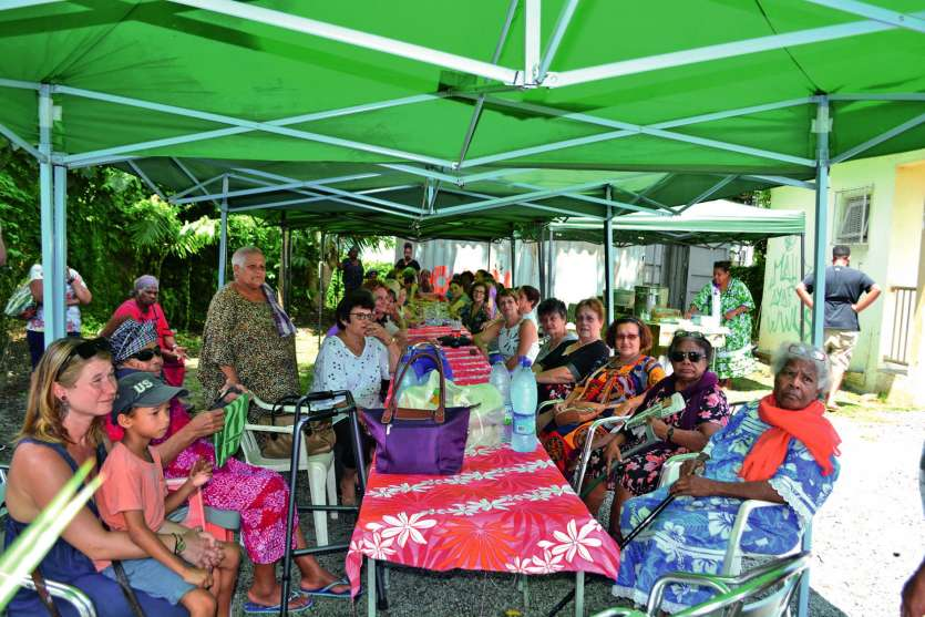 Moment de partage et d'échanges dans la cour du marché ou des tivolis et des tables ont été installés. « Nous n'avons pas pu organiser cette manifestation au jour dit car j'étais à Lifou pour la Journée de la femme. C'est pour cela que nous nous retrouvon