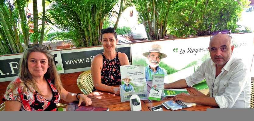 Jean-Luc et Myriam Folliasson, et Angélique, une commerciale (à gauche), se sont tenus à la disposition de la population pour expliquer  le viager. Photo E.J.
