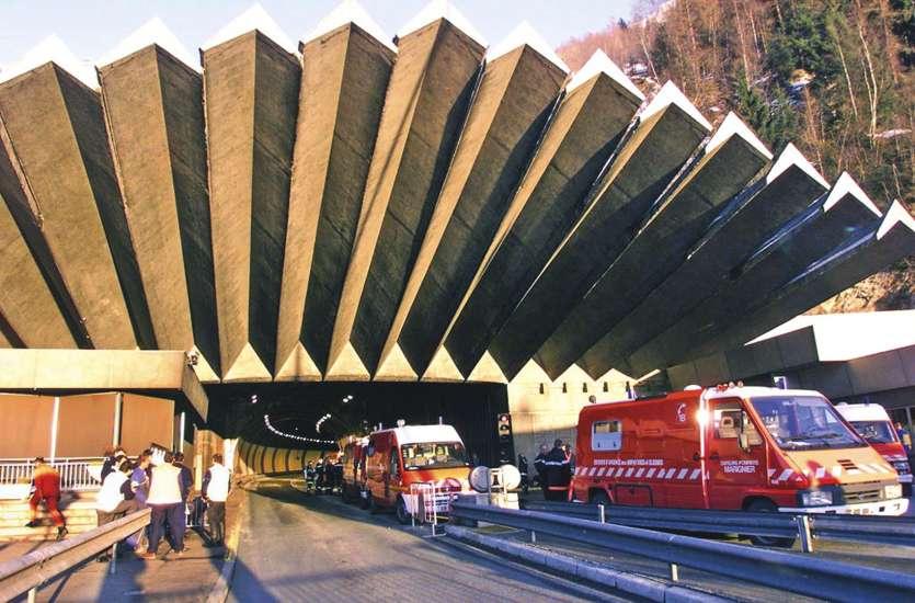 Les pompiers, le 24 mars 1999, ont mis cinquante-trois heures pour arriver à bout de l'incendie qui a eu lieu au milieu du tunnel du Mont-Blanc.Photo Pascal George/AFP