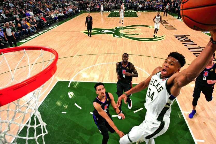 Les Français devraient avoir la chance de voir jouer Antetokounmpo (balle en main) des Bucks. Photo AFP