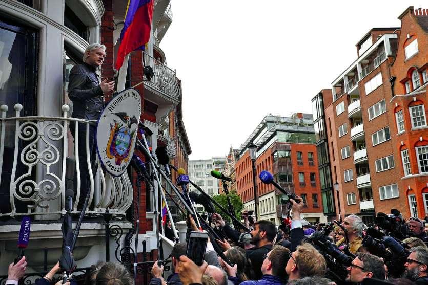 Sur cette photo prise le 19 mai 2017, Julian Assange s'exprime depuis le balcon de l'ambassade équatorienne  à Londres. Il y vit reclus depuis le 19 juin 2012.Photo AFP