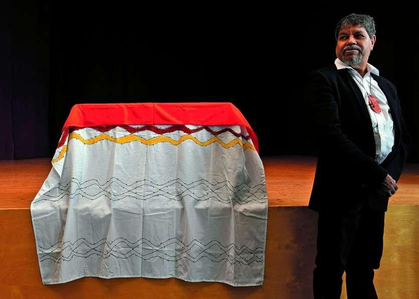 Gudju Gudju Fourmile à côté du coffre renfermant les restes de son ancêtre.Photo AFP