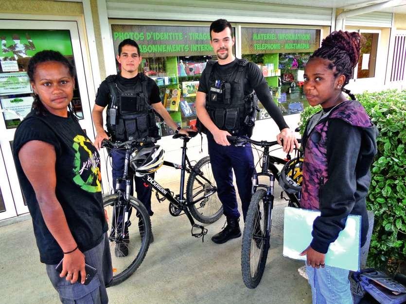 Les gendarmes à VTT ont un échange direct avec la population  et avec les commerçants. Photo E.J.