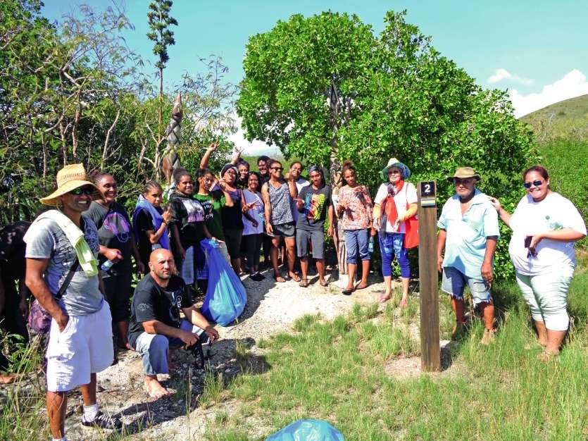 Les jeunes ont découvert le sentier aménagé dans la mangrove de Ouano, avec des explications fournies par les membres de la zone côtière Ouest (ZCO) et du conseil de l\'eau de La Foa. Photos E.J.