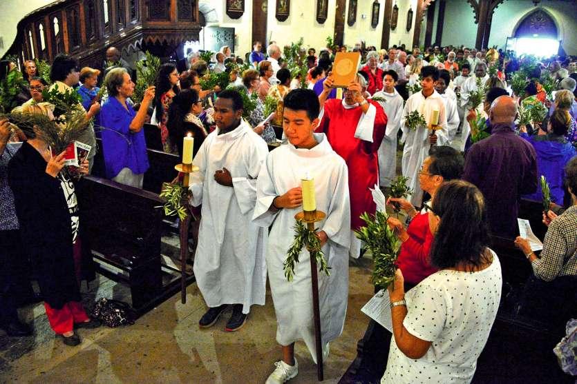 Les fidèles sont venus en famille célébrer le dimanche des Rameaux, qui précède la Semaine sainte. Photos Thierry Perron