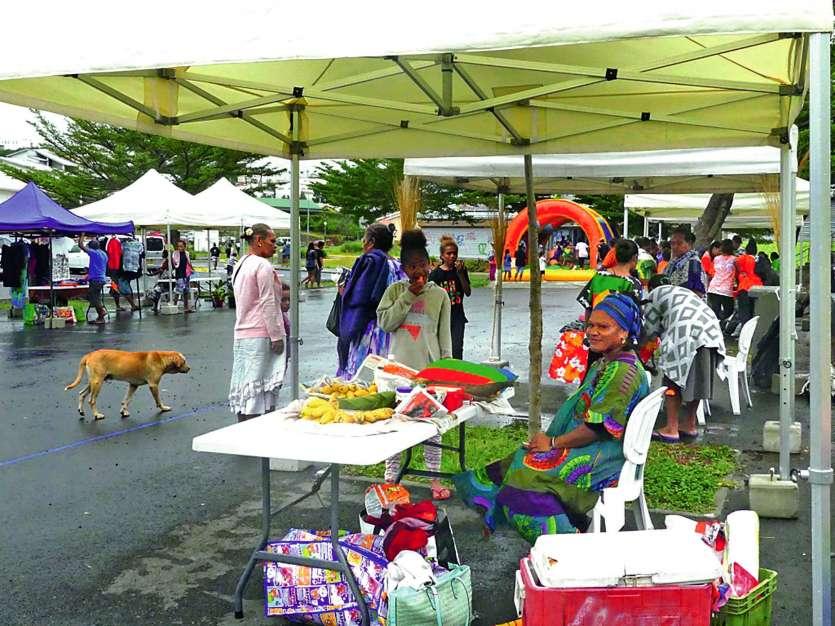 On trouvait des stands de tressage, de production locale mais aussi  des informations sur le sport ou la carte Tanéo, sur la place du marché.Photo C.G.