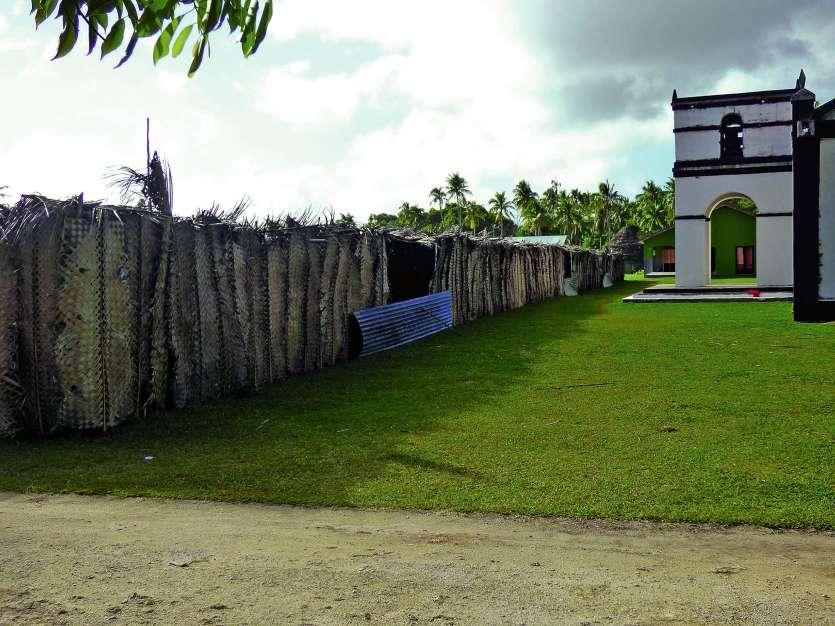 Des préaux ont été installés devant le temple d'Hapetra. Photo M.G.