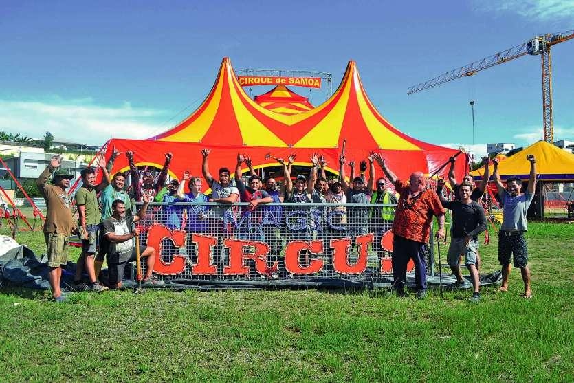 Les 35 artistes du Magic Circus of Samoa étaient à pied d'œuvre hier, à Apogoti. L'objectif est d'aménager le site avant la première représentation jeudi.Photo A.P