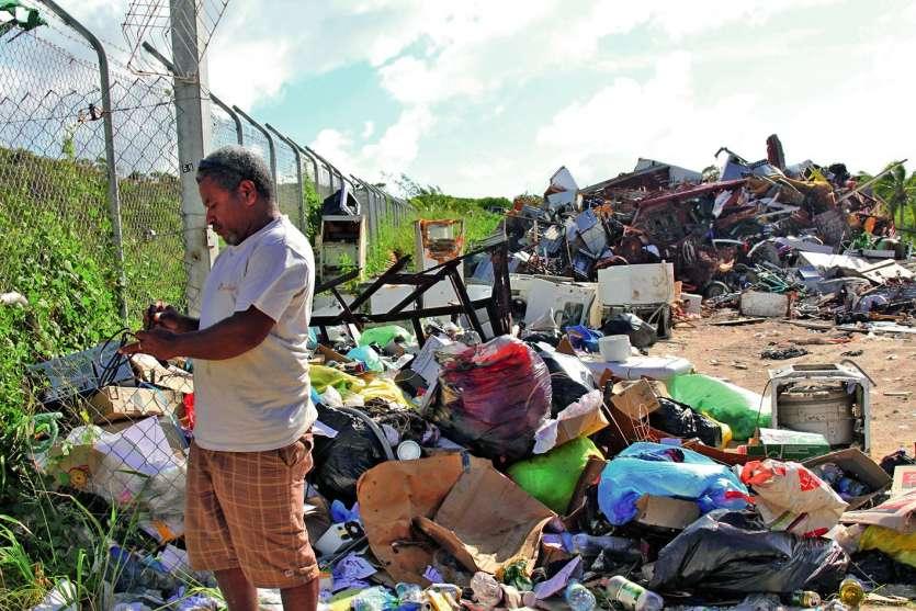 Aleck Ihmeling inspecte les déchets déposés illégalement devant la grille de l'ISD durant la fin de semaine. Pour le responsable du pôle environnement des services techniques de la mairie, une meilleure gestion des déchets est indispensable pour lutter co