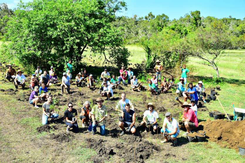 Le personnel du consulat de Nouvelle-Zélande est venu en nombre, à Bourail,  pour participer à cette action. Photo Caledoclean
