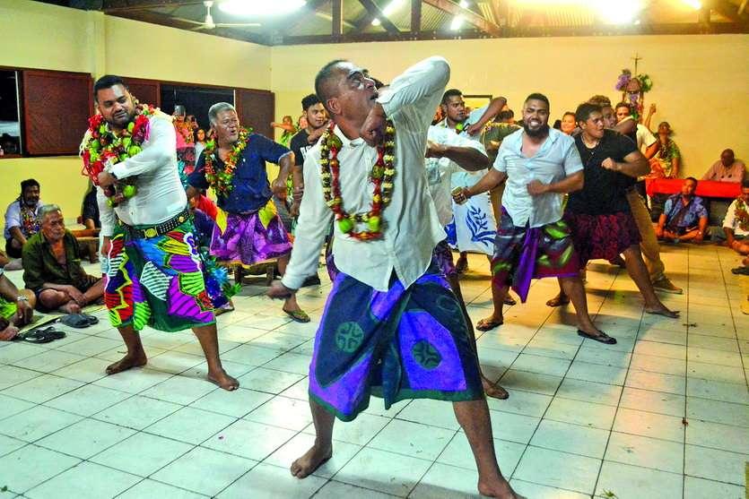 Milakulo Tukumuli ( à gauche) a entamé un suamako avec les siens. Photo A.P.