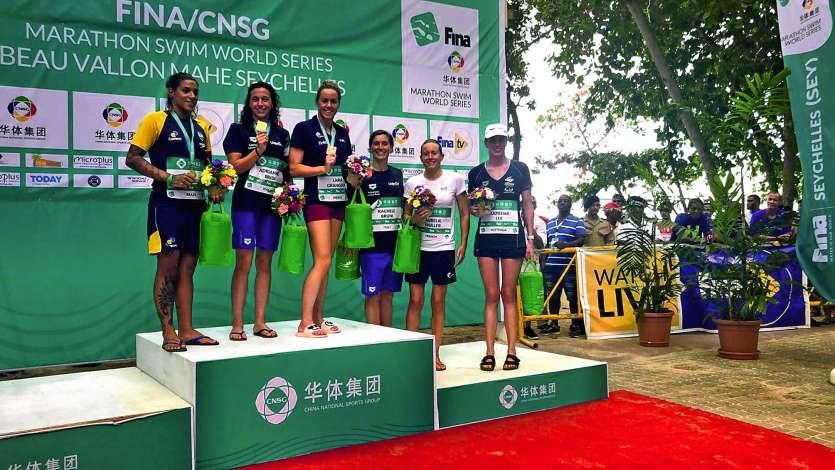 Lara Grangeon (3e en partant de la gauche), grande habituée des sourires sur les podiums. Photo D.R.