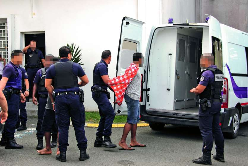 Les sanctions du tribunal ont été sévères à l'encontre de cette bande de voleurs de voitures de Thio. Photo J.-A.G.-L.