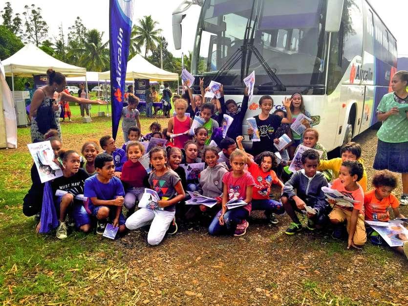 Des écoliers de Canala devant le bus Aircalin mardi. Jeux et cadeaux étaient au programme.Photos : Aircalin