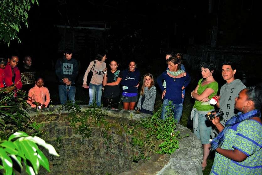 Pendant qu'un groupe guidé par Nadira (1re à droite) visitait le bâtiment, un deuxième faisait le tour des jardins. Les promeneurs ont pu notamment en apprendre plus sur le grand four situé dans la cour, en bas du musée.