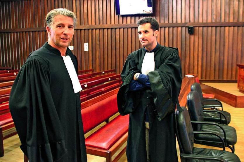 Me Aguila (à g.) est un des avocats d'Olivier Peres. Me Calmet représente la partie civile.Photo J.-A.G.-L.