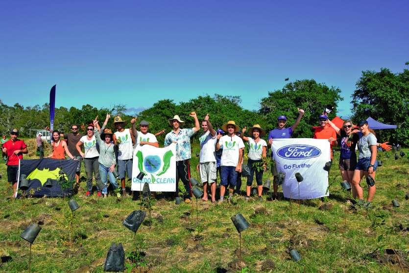 Sous un soleil de plomb et dans la bonne humeur, les bénévoles ont planté 500 arbres. Photo N.B.