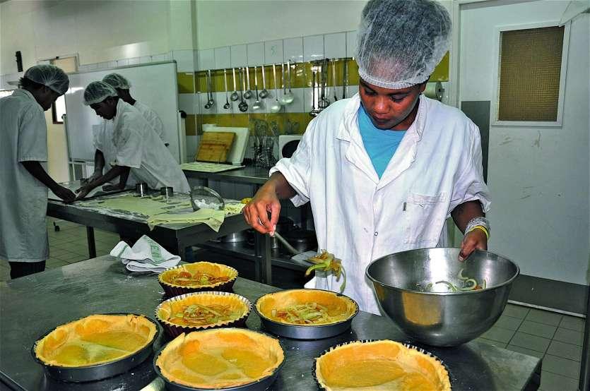 Après avoir préparé et cuit la pâte, Vanensia commence à garnir les tartes salées. Photo I.C.