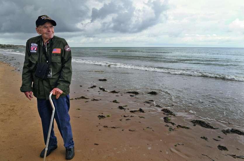 Loren Kissick, originaire de Puyallup, dans l'Etat de Washington, a retrouvé avec beaucoup d'émotion Omaha Beach, à Saint-Laurent-sur-Mer, où il avait débarqué il y a 75 ans.Photo AFP