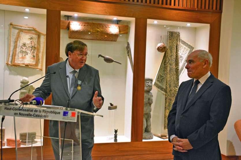 Le haut-commissaire, Thierry Lataste, a remis, hier soir, à Frédéric Ohlen ( à gauche) les insignes d'officier des Arts et des Lettres. Photo DR