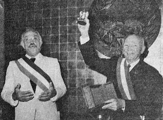 Pour marquer l'événement, Roger Laroque a reçu en cadeau des mains de Jacques Médecin un aigle (photo), emblème de Nice. Photo archives LNC
