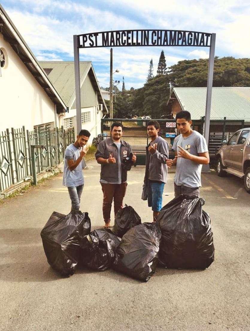 Des élèves du lycée Champagnat qui ont participé au challenge et posté leur photo. Caledoclean