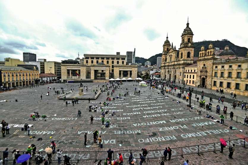 L'installation de verre brisé dénonçant le silence face aux crimes est exposée sur la place  de Bolivar, devant le parlement et à deux pas du palais présidentiel. Photo Juan Barreto/AFP