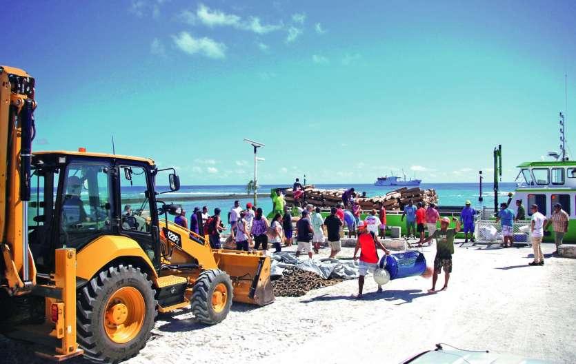 La venue de plusieurs membres du gouvernement polynésien a aussi été l'occasion d'apporter toutes sortes de marchandises.Photo La Dépêche de Tahiti