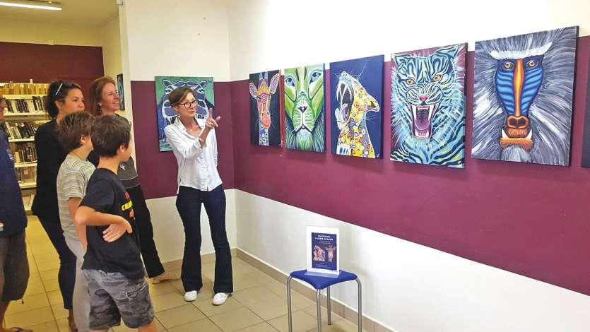 Vale??rie Aragon (en blanc) explique ses œuvres au public curieux Photo B.B. Lion