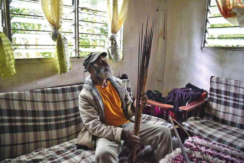 Israel Laki, chez lui, à Mount Hagen, au centre du pays. Les arcs, lances ou haches d'il y a peu ont été remplacés par des M16 ou des fusils FN.Photo AFP