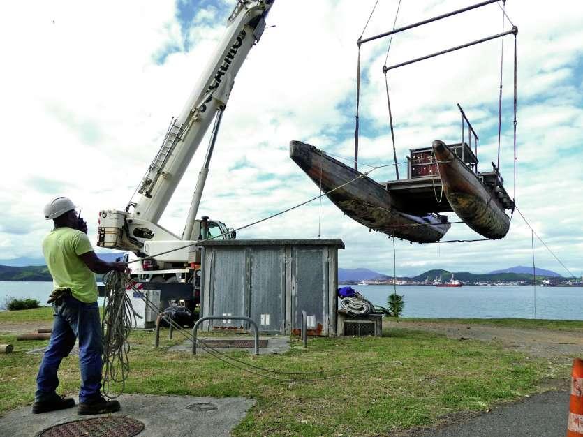 Meryemana est une reconstitution d'une pirogue double de Kunié, de  15 mètres de long pour 4,3 mètres de large et d'environ 5 tonnes. Photo A.T.
