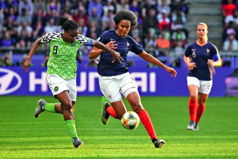 Wendie Renard (devant le ballon) évolue au poste de défenseure droit ou centre à l'Olympique lyonnais. Photo AFP