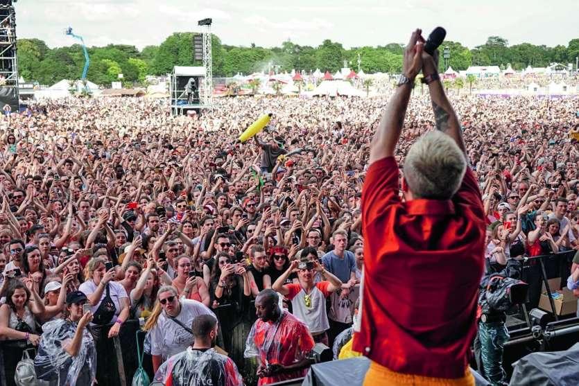 Le YouTuber français, Squeezie, accueille la foule lors de la 21e édition du Solidays  à l'hippodrome de Longchamp, à Paris. Le festival de musique annuel français, qui a lieu depuis 1999, est organisé par Solidarité Sida. Photo AFP