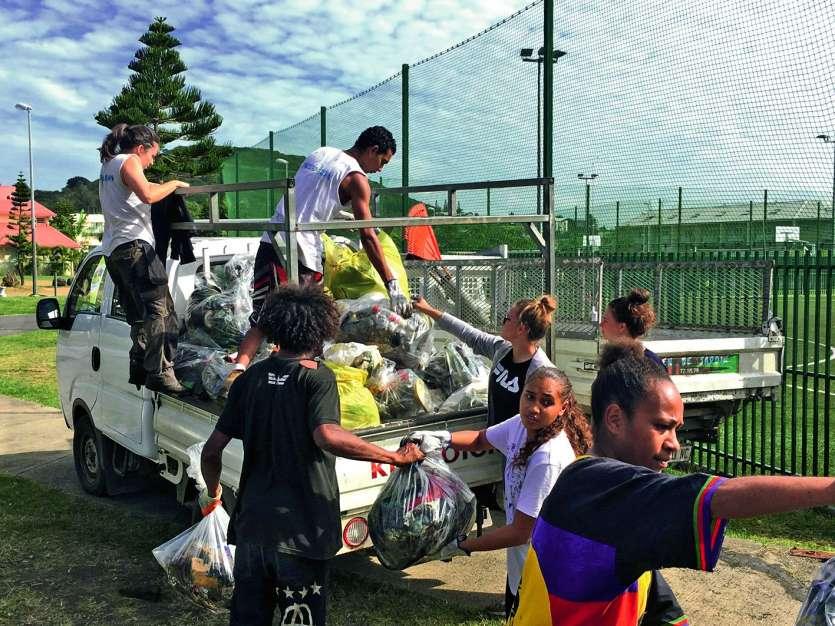De nombreux volontaires se sont présentés, samedi, au parc Antinéa-Kawka. Photo DR