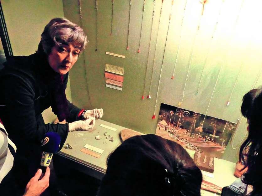 Marianne Tissandier, du Musée de Nouvelle-Calédonie, a renseigné hier les douaniers sur la qualité des objets ou encore sur les matériaux utilisés dans leur conception. Photo Y. M.