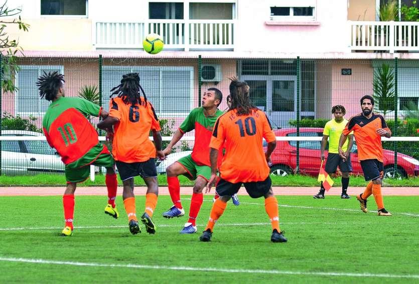 Samedi dernier au stade Edouard-Pentecost de l'Anse-Vata, l'ASC Ounia (en vert et rouge) n'a tenu qu'une mi-temps devant Iaai Nord victorieux 6-1 en Coupe. Photo Pierre Guillot