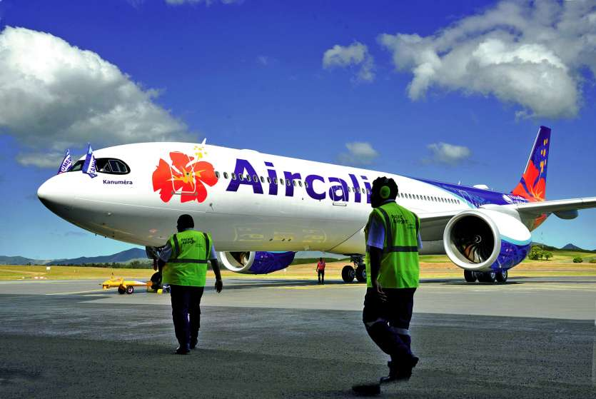 Le nouvel avion a reçu un nom, Kanuméra, et un bel accueil. Les sapeurs-pompiers de l'aéroport international de La Tontouta lui ont fait une  haie d'honneur. Photos Thierry Perron