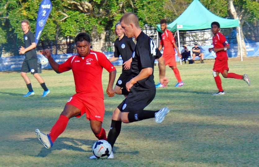 Le milieu de terrain Japhet Taese (en rouge), scolarisé en Terminale S, joue également en club sous les couleurs de l'AS Magenta. Ici, aux prises avec un joueur de Central Coast. Photo Didier Blanc