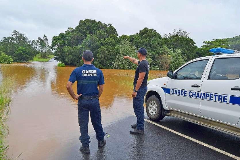 Hier matin, dès 7 heures, la RPN1 entre Koumac et Poum était déjà inondée en plusieurs endroits comme ici au trou Pacilly. Les gardes champêtres de Koumac estimaient la hauteur de la crue entre 1,5 et 2 mètres au-dessus de la route.Photo Anthony Tejero