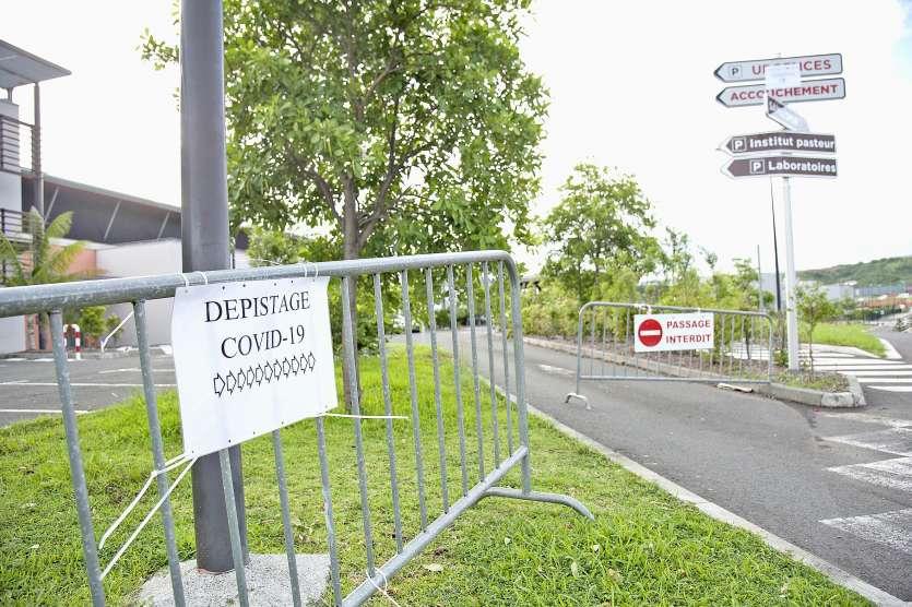 Une partie du parking du Médipôle a été réservé pour accueillir tous les cas suspects afin d'effectuer des tests.. Photo Cyril Terrien