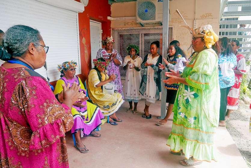 Ici, on apprend à siffler dans le wessel, un instrument très utilisé lors des cérémonies de mariage. Photo S.A.
