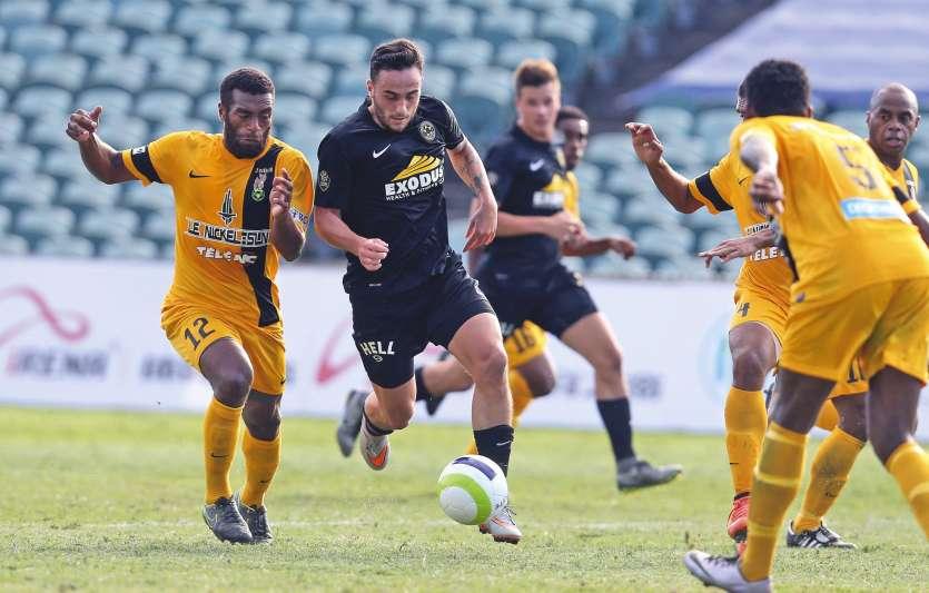 Albany, hier. Le milieu défensif Joël Wakanumune (en jaune, à gauche), ici à la lutte avec l\'attaquant néo-zélandais Tom Jackson (ballon au pied), a imposé un gros pressing à Wellington, mais cela a été insuffisant pour faire gagner Magenta.