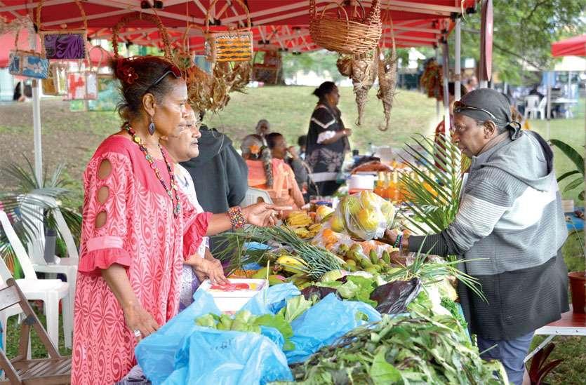 Une association de femmes, venue de Thio avec des produits vivriers, était aussi de la fête, samedi. Photos Thierry Perron