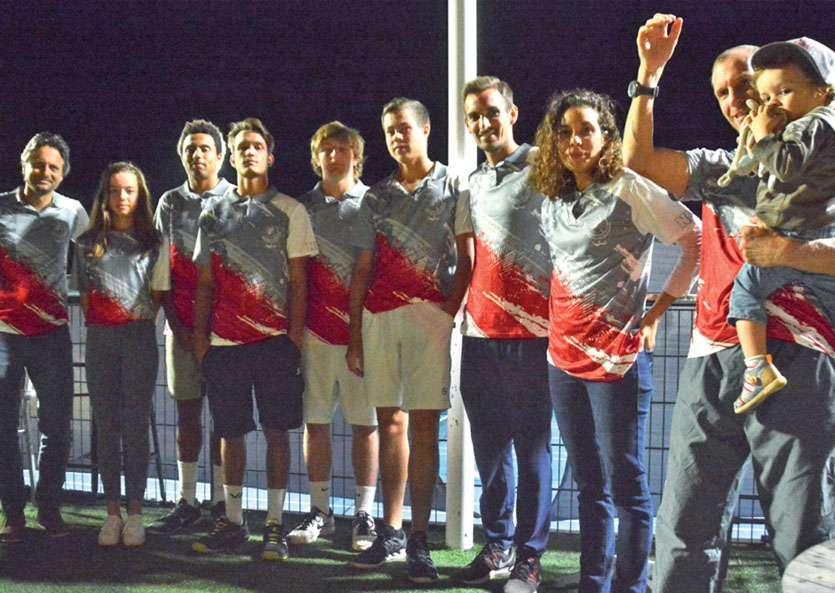 Une partie de la sélection calédonienne de tennis, avec la tenue officielle des Cagous. Photo MRB