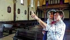Hier matin, Annick a ressenti le besoin de faire découvrir à sa petite-fille Elena, la cathédrale de Nouméa. Photo : A.T.