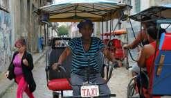 A Cuba, les bas salaires poussent les employés hors des bureaux
