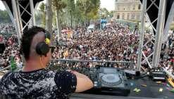 A la 19e Techno Parade, une foule de jeunes célèbre
