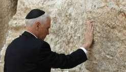 Pence se recueille au mur des Lamentations, les Palestiniens manifestent