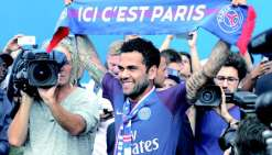 Dani Alves débarque au Paris-Saint-Germain