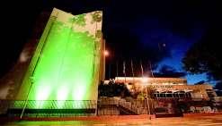L'hôtel de ville passe au vert pour marquer sa    « désapprobation »